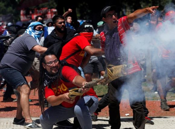 El kirchnerismo no condenó la violencia y quedó asociado a los grupos ultras. Foto: Reuters