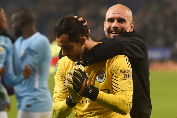 Claudio Bravo y Pep Guardiola ante el Leicester City. Fotos: Reuters