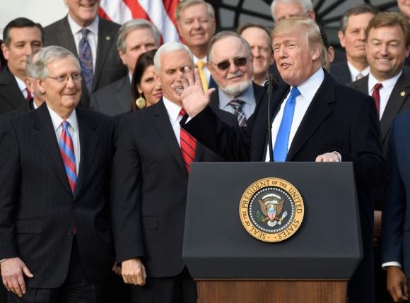 El presidente en los jardines de la Casa Blanca con los republicanos que votaron. Foto: AFP