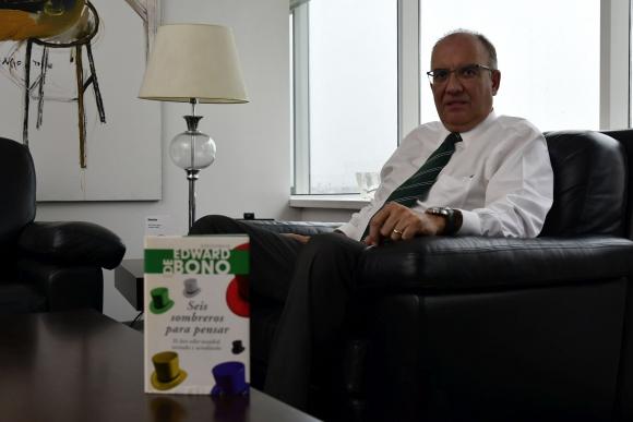 José Luis Rey aconseja leer Seis sombreros para pensar. Foto: Fernando Ponzetto,