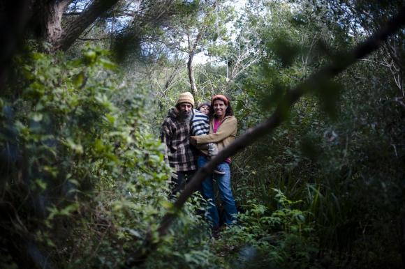 """Milton y Claudia con su hijo menor, Lucero. """"Antivacunas"""" en Cerro de los Burros. Foto: F. Ponzetto"""