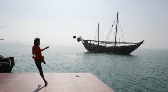 Edinson Cavani intentando mandar la pelota al barco