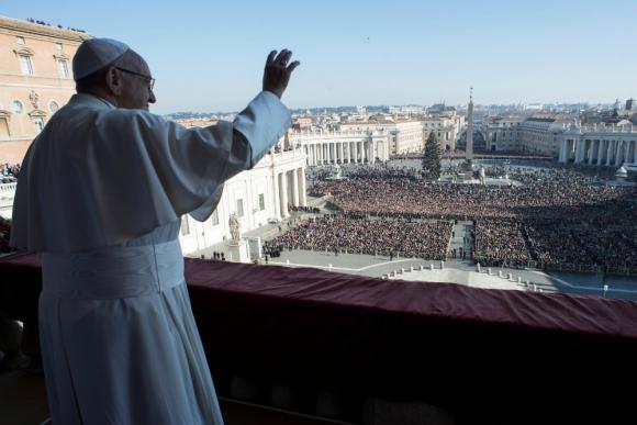 El papa Francisco saluda a los miles de fieles congregados en la plaza de San Pedro, en el Vaticano. Foto: Reuters
