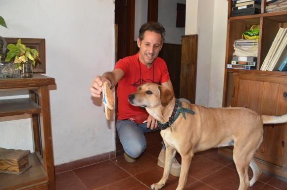 "Mascota: Octavio Romano con ""Naru"", la perra montañista. Foto: V. Rodríguez"