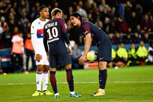Cavani discute con Neymar por lanzar un penal y se enciende la mecha. Foto: AFP