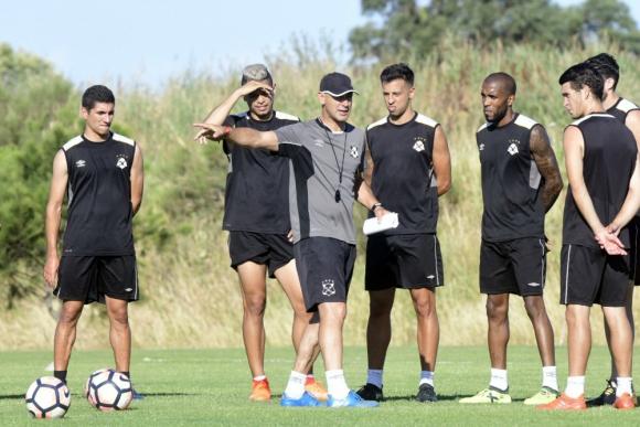 Eduardo Espinel dirigió su primer entrenamiento en Wanderers. Foto: Marcelo Bonjour