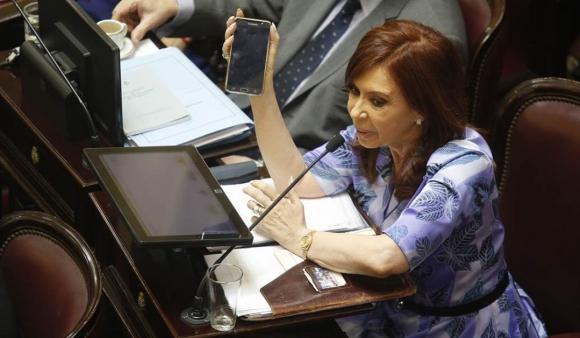 Cristina muestra una imagen en su celular para acusar al gobierno. Foto: La Nación / GDA