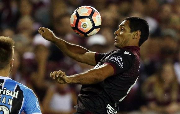 Características. José Sand juega muy bien de espaldas al arco, se ubica muy bien dentro del área y es un goleador. Foto: Reuters