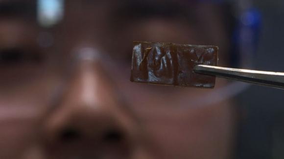 Científico japonés desarrolló vidrio que se autorepara. Foto: AFP