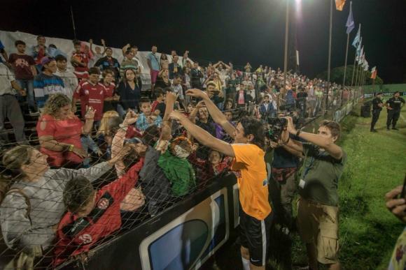 Edinson Cavani otra vez muy solidario en Salto