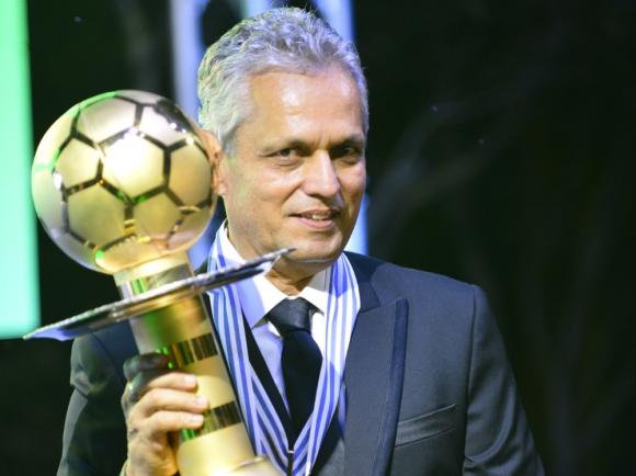 Reinaldo Rueda con el premio de Mejor Entrenador de América. Foto: Fernando Ponzetto