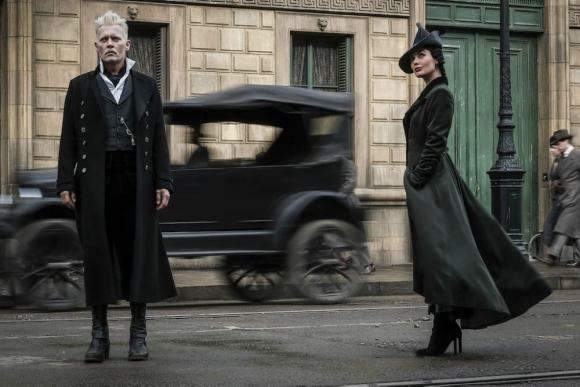 Grindelwald (Johnny Depp) junto a su secuaz, Vinda Rosier (Poppy Corby-Tuech)