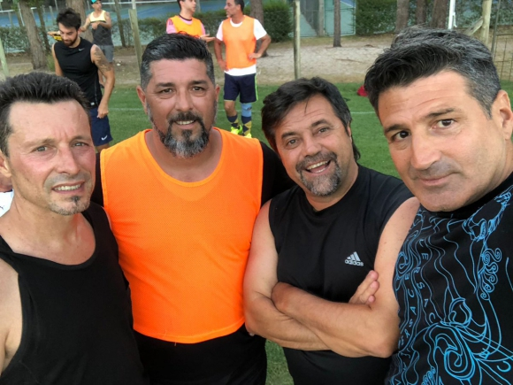 Leo Ramos y Caruso Lombardi juegan al fútbol en Punta del Este.