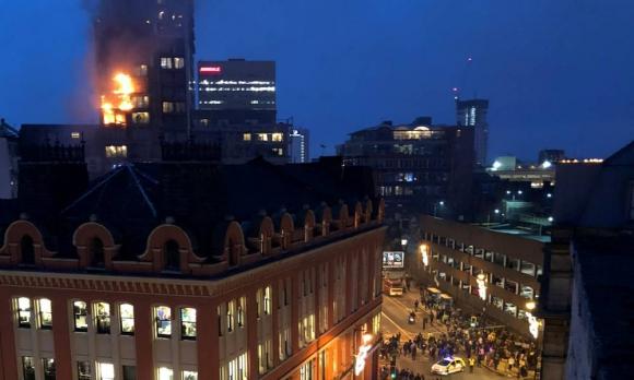 Incendio en un edificio de 12 pisos en Manchester. Foto: EFE