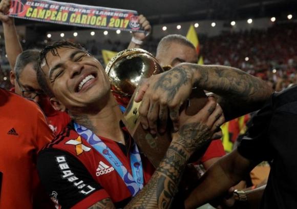 Paolo Guerrero con el trofeo del Estadual Carioca.