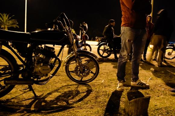 Los jóvenes se juntan después de las 22 horas en la Ruta 9 en la entrada a Rocha. Foto: Daniel Olivar