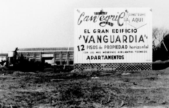 El cartel anunciando la obra en el terreno. Foto: gentileza Martín e Ignacio Aranda