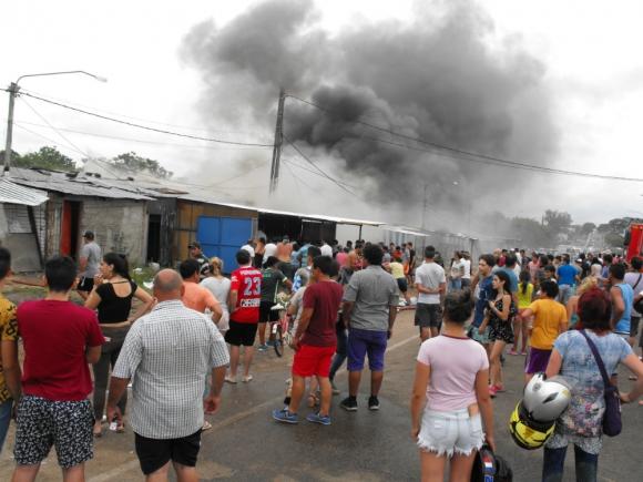 Se vivieron momentos de tensión por el avance de las llamas en el paseo comercial. Foto: Luis Pérez