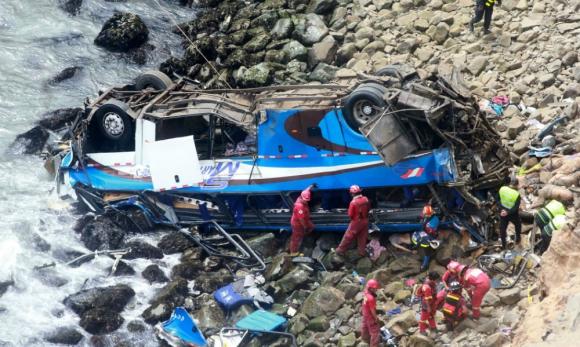 Servicios de rescate trabajan en la zona del accidente. Foto: AFP