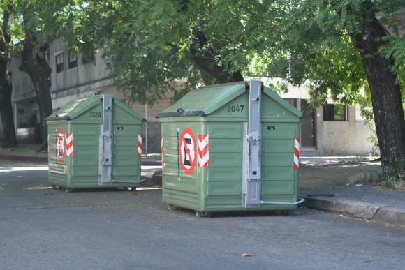 Contenedores de basura en Montevideo. Foto: Ariel Colmegna.
