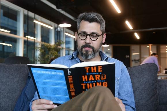 """Lección. """"Como CEO tenés que encargarte del equipo, el producto y las ganancias; en ese orden"""", dijo Larre al citar su párrafo favorito del libro."""