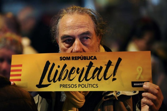 """Manifestantes catalanes piden la liberación de lo que ellos consideran como """"presos políticos"""". Foto: EFE"""