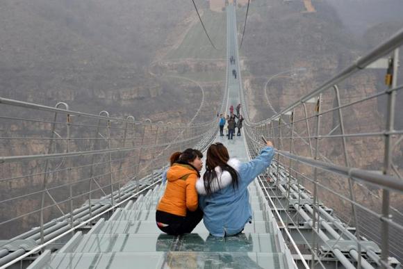 """China """"flota"""" en el cielo con un nuevo puente de cristal de récord"""