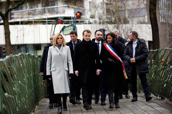 Macron  y su esposa al salir del homenaje. Foto: AFP
