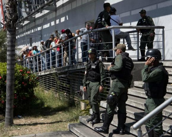 Maduro ahora ordena a los supermercados bajar los precios