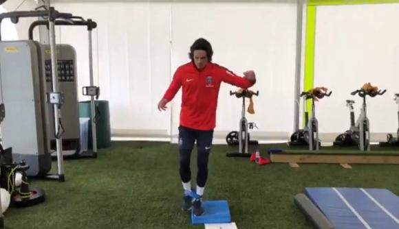 Edinson Cavani entrenando en las instalaciones del PSG
