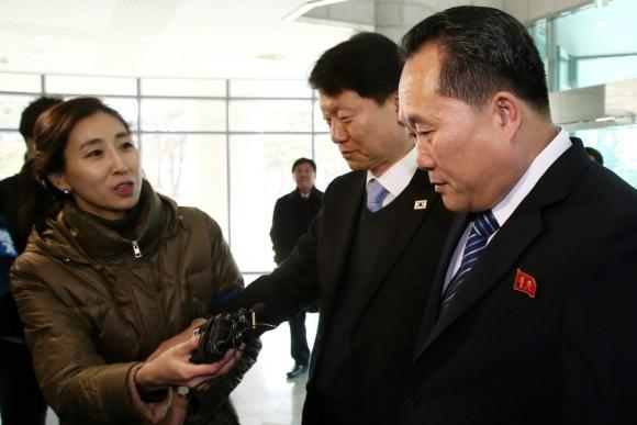 Una periodista se acerca al delegado norcoreano Ri Son-Gwon al salir de la Zona Desmilitarizada. Foto: Reuters