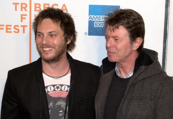 """Duncan Jones y David Bowie en el lanzamiento de la película """"En la luna"""""""