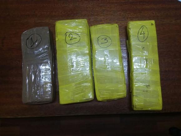 En la casa del denunciante encontraron cuatro ladrillos de marihuana. Foto: Jefatura de Policía de Rivera