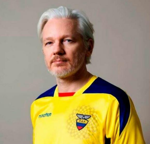 Julian Assange con la camiseta de Ecuador. Foto: @JulianAssange / Twitter.