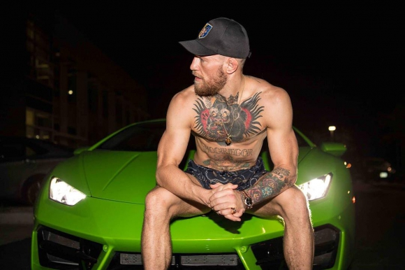 McGregor y uno de sus Lamborghini. Foto: @thenotoriousmma