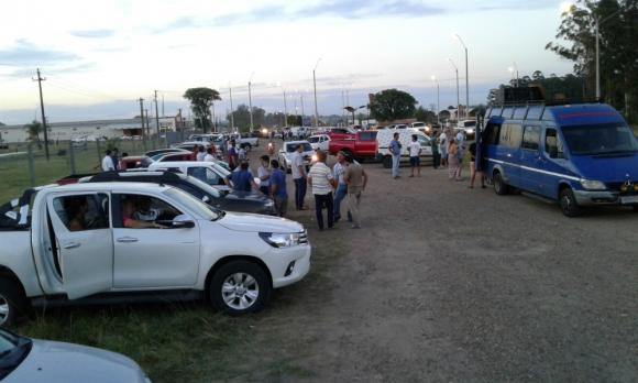 Los productores se concentran sobre la ruta 3 en la entrada a Salto. Foto: Luis Pérez