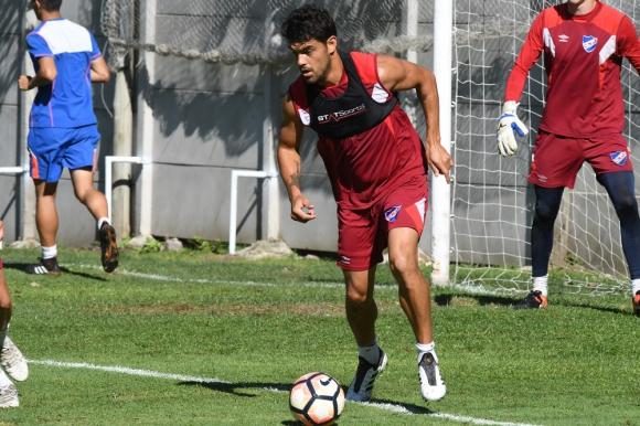 """En acción. Luis Aguiar con la pelota en el entrenamiento. Al """"Canario"""" se lo ve muy fino y con muchas ganas. Foto: Ariel Colmegna"""