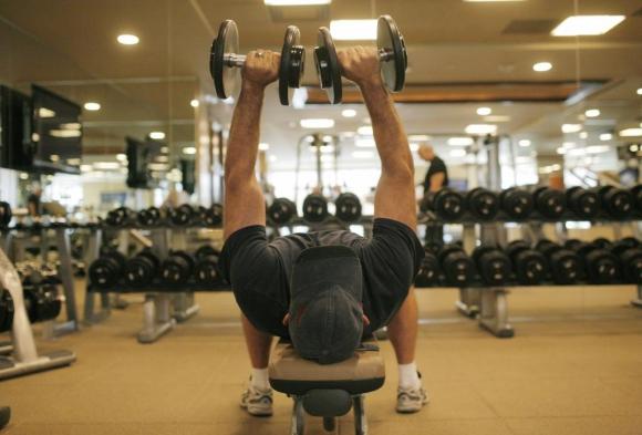Musculación. Es una de las actividades que complementa el running por ejercitar zonas que al correr no se trabajan. Foto: AFP