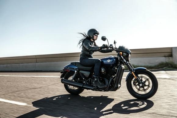 Más diverso. El público femenino que maneja motocicletas, un 14% del total, representa la oportunidad para la expansión de las ventas, dicen en la industria.