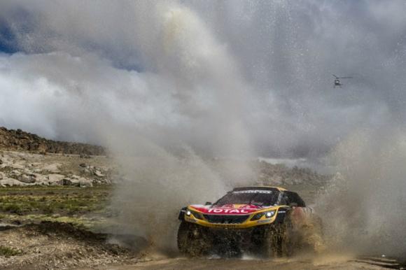 Stéphane Peterhansel sigue liderando con su Peugeot