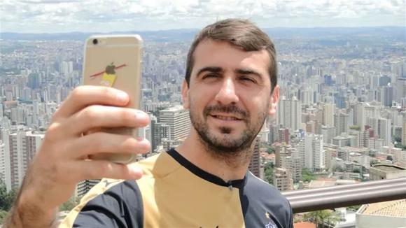 Pratto en su presentación en Atlético Mineiro: la funda del celular, con la imagen de Bart Simpson. Foto: Archivo La Nación