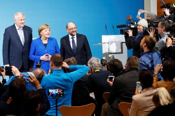 De izq. a der.: Seehfer del CSU; Merkel del CDU y Schultz del SPD. Foto: Reuters