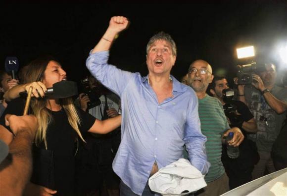 Amado Boudou junto a militantes tras recuperar la libertad. Foto: La Nación.