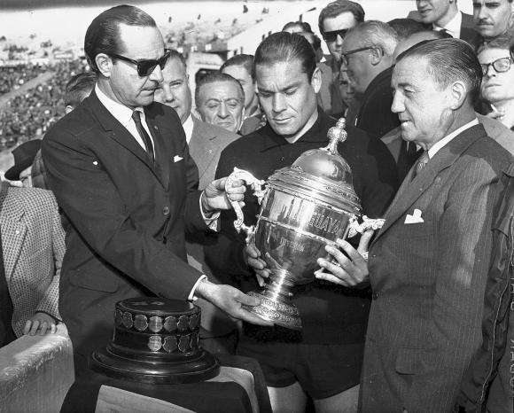 Güelfi con la Copa Uruguaya, junto a Maidana y el técnico Anselmo, tras la conquista del Quinquenio en 1962. Foto: Archivo El País
