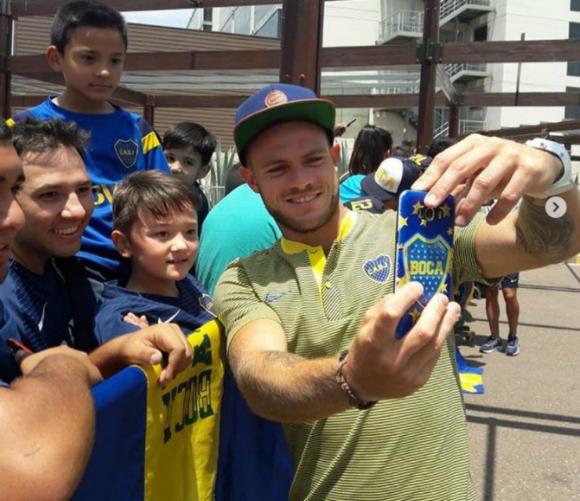 Nahitan Nández sacándose fotografías con los niños hinchas de Boca