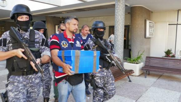 Funcionario de Interpol se lleva uno de los cofres incautados en Punta. Foto: Ricardo Figueredo