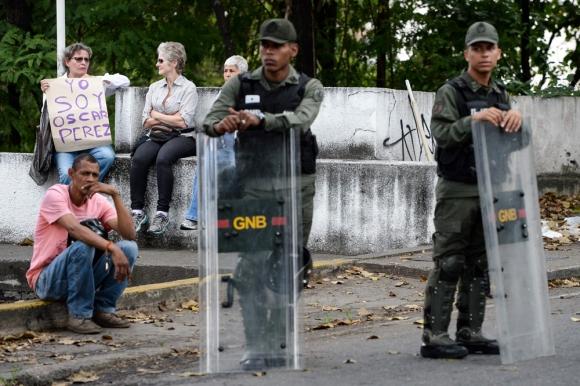 Caracas: familiares de Óscar Pérez frente a la morgue. Foto: AFP