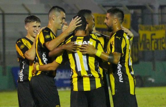 Maximiliano Rodríguez es felicitado por sus compañeros de Peñarol. Foto: Ricardo Figueredo