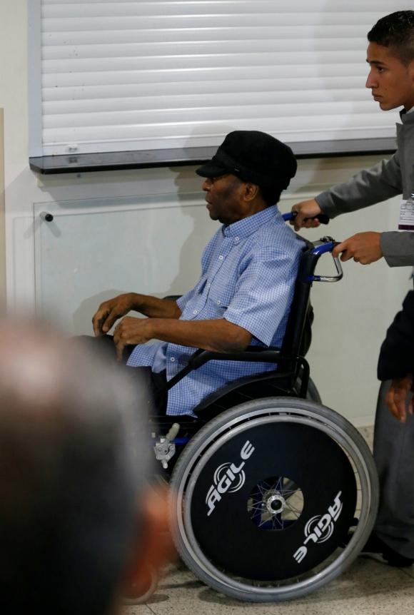 Pelé canceló un viaje a Londres y fue hospitalizado