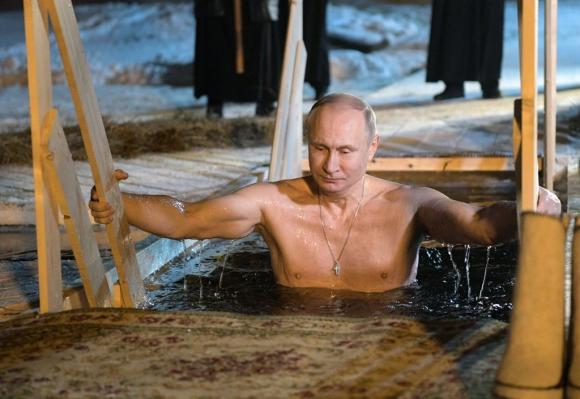 Putin  se sumerge en aguas heladas. Foto:AFP